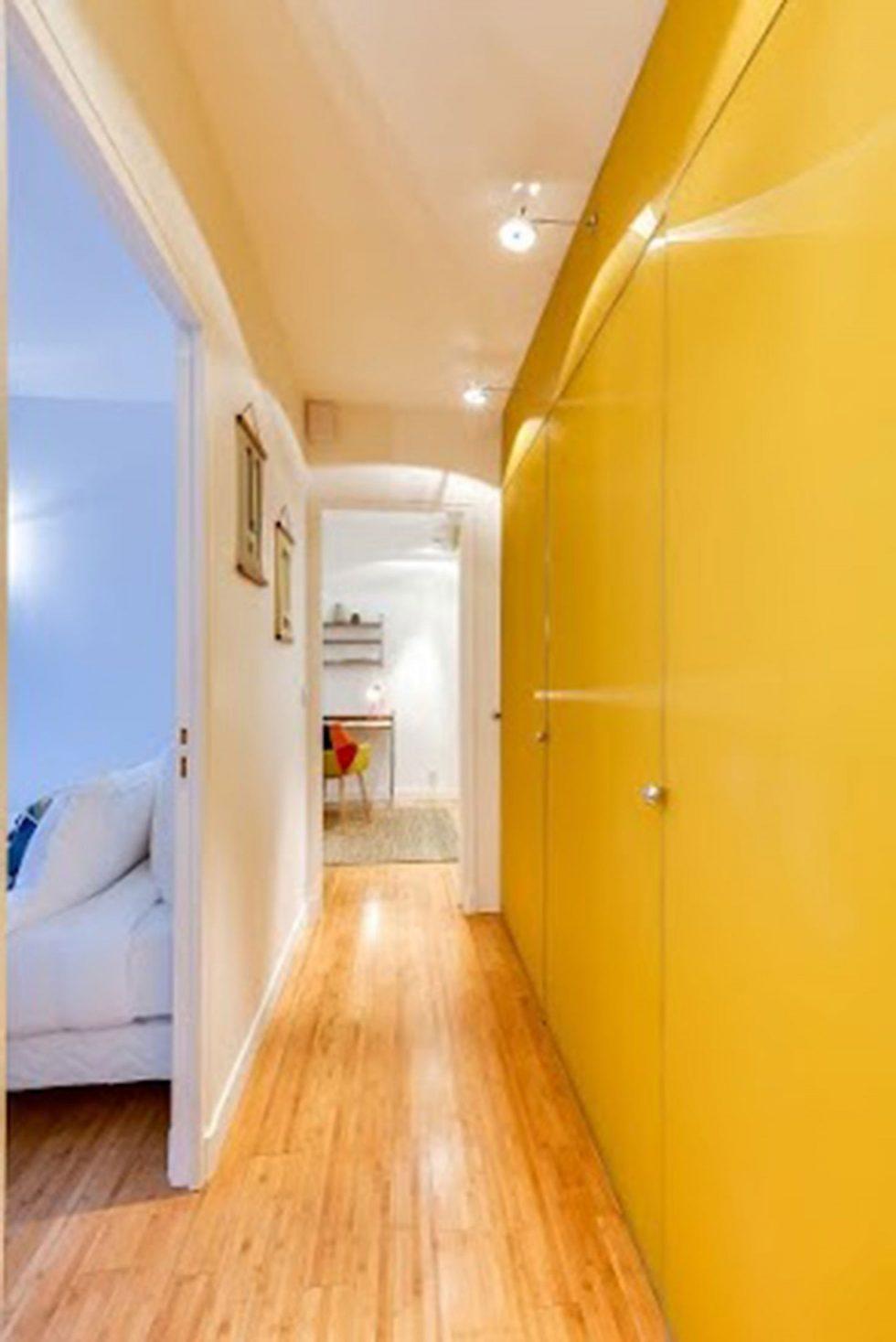 D'anciens bureaux ont été transformés en appartement. De grands panneaux de verre peint en jaune soleil ont été réuntilisé. Ils donnent de la personnalité et de la lumière à cet appartement en Rez de chaussée assez sombre