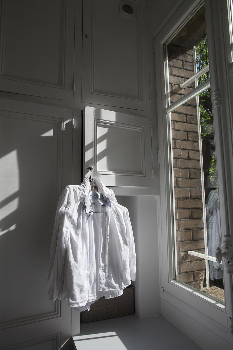 Dans un grand appartement haussmannien, d'anciennes portes de placards ont été récupérées pour faire les placards de la buanderie... Ce qui donne un petit air rétro très chouette.