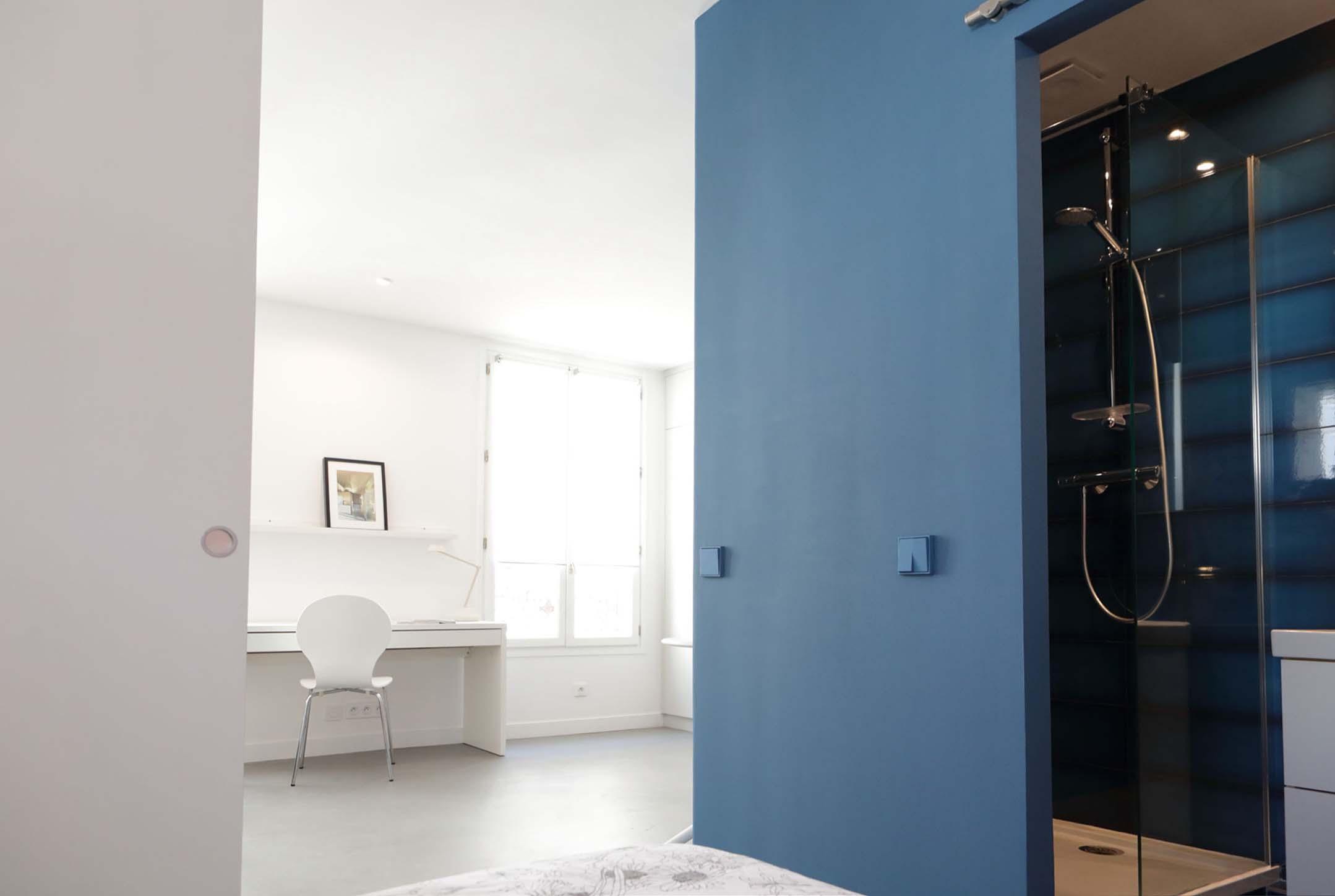 Un bleu  ultramat de la gamme de peinture écologique Le Corbusier.